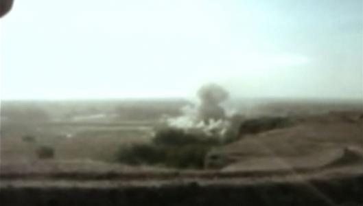 4 heures de bombardements par l'armée américaine sur la maison où était Omar Khadr (2002-07-27)