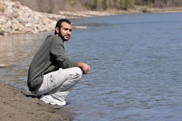 Omar Khadr libre, sur le bord de l'eau.