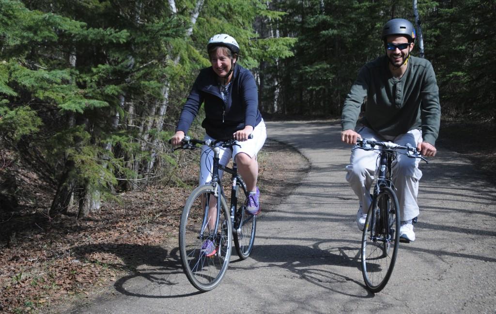 Omar Khadr et Patricia Edney font une balade à vélo et se détendent à la maison lors des premiers jours de liberté d'Omar, après sa libération sous caution le 7 mai 2015.