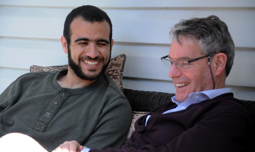 EDMONTON - Omar Khadr et Dennis Edney dans la cour de la maison d'Edney à Edmonton. Omar vit chez Edney et sa femme Patricia dans le cadre des conditions imposées pour sa libération sous caution. La cour a aussi imposé un couvre-feu à 22:00 heures et il doit porter un bracelet électronique à sa cheville